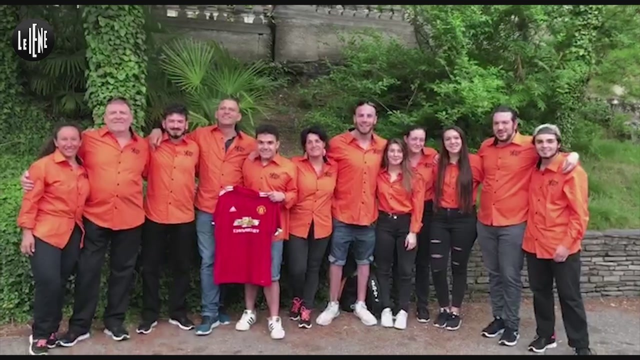 ragazzi disabili pallanuoto consegnano maglietta Manchester United antonio conte firmata Mourinho