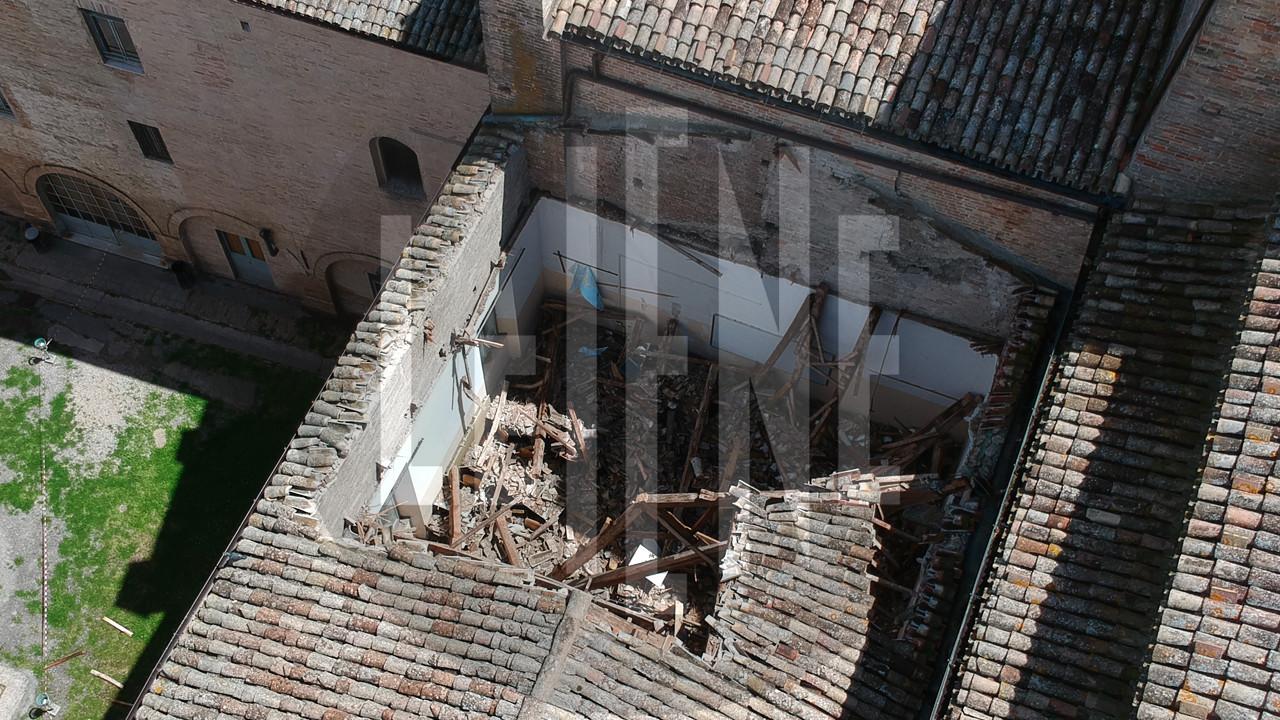 Fermo, le foto in esclusiva del crollo del tetto della scuola