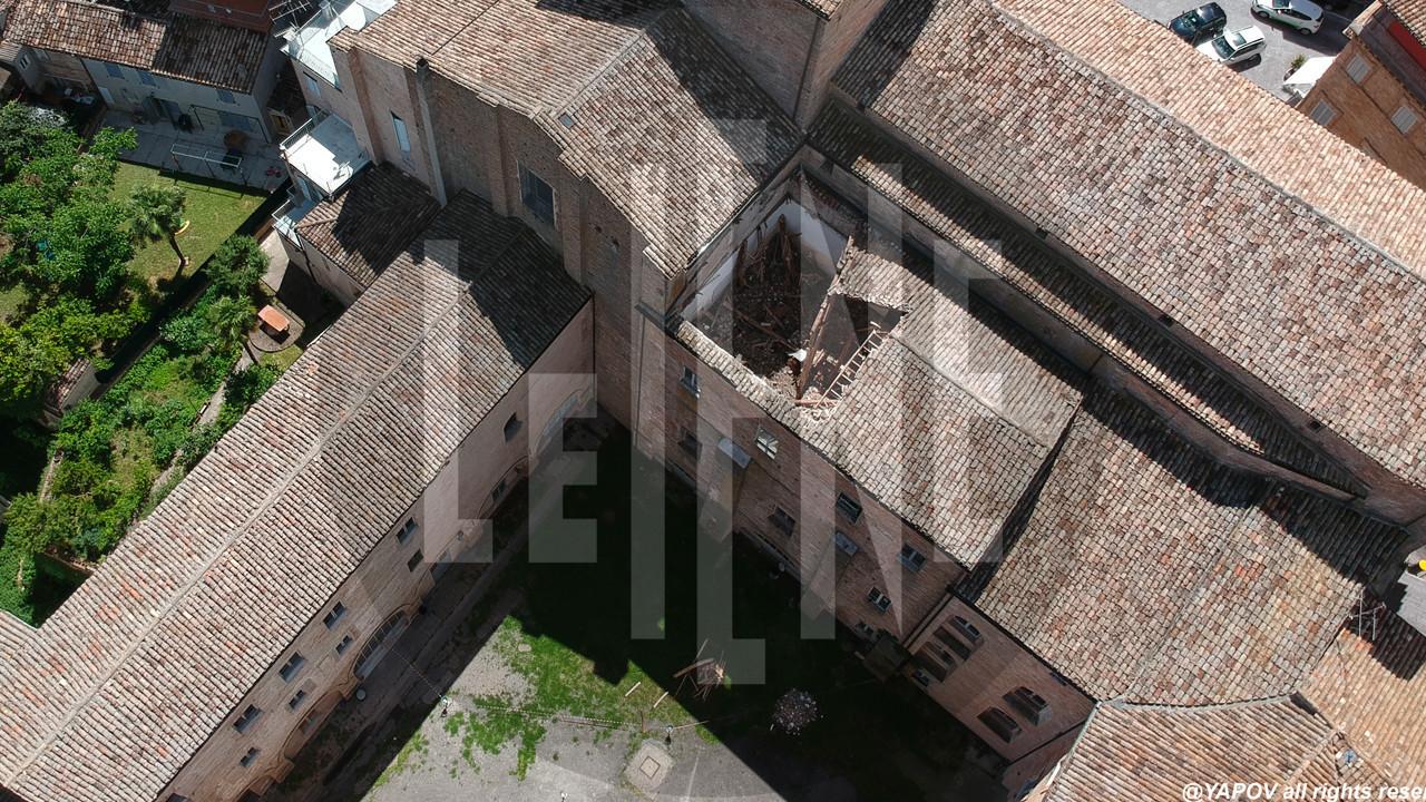 Fermo, crolla il tetto di una scuola, immagini esclusive