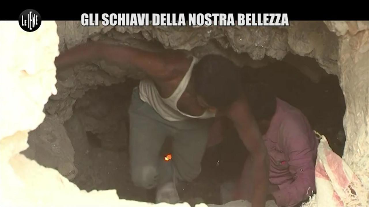 I bambini minatori che lavorano in India per estrarre la mica