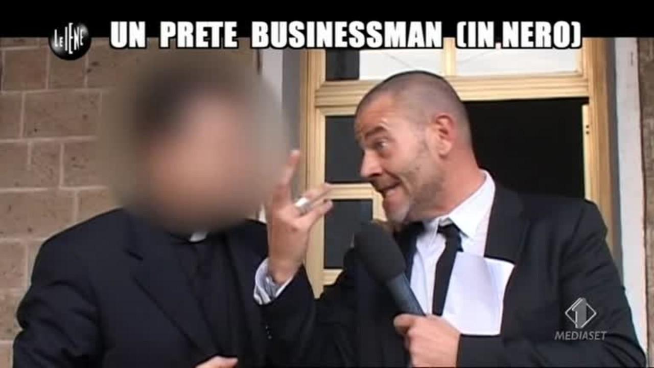 GOLIA: Un prete businessman (in nero)