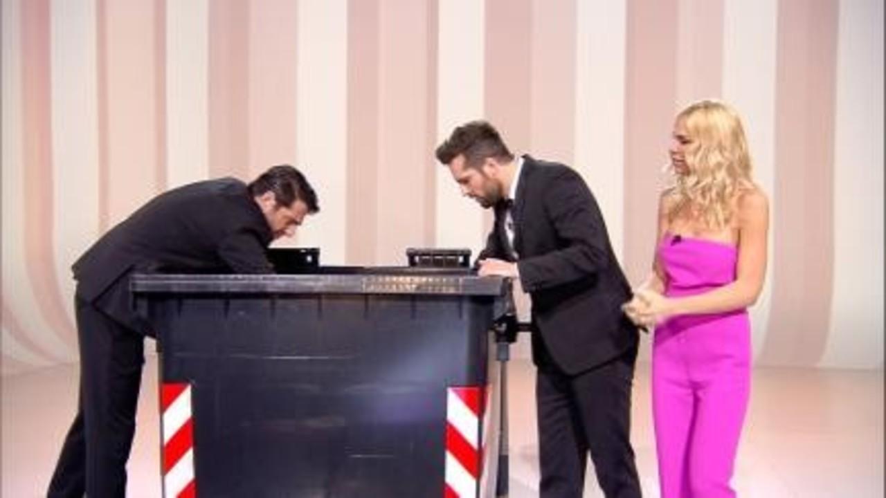 Frank Matano, Ilary Blasi e Giampaolo Morelli controllano cosa contiene il cassonetto di Mediaset.