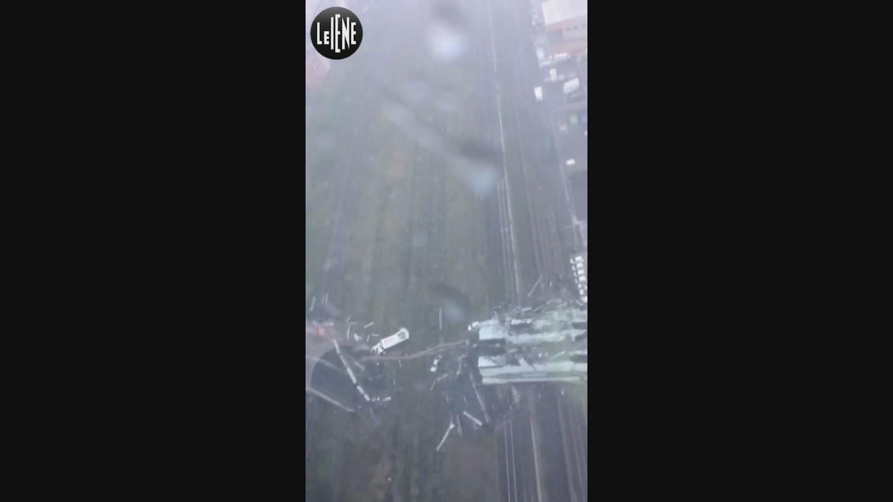 Genova, il video dell'elicottero subito dopo il crollo