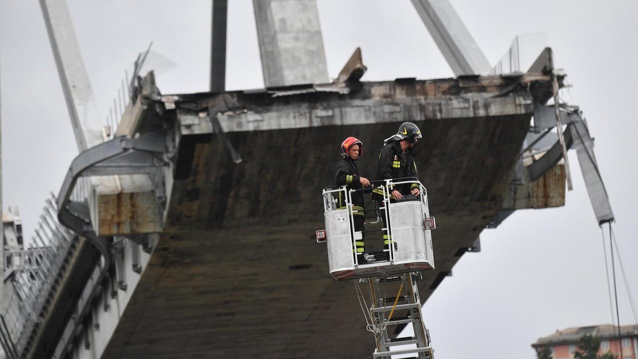 Genova, almeno 35 morti per il crollo del ponte dell'autostrada: si scava ancora