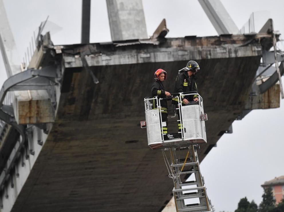 Genova, almeno 39 morti per il crollo del ponte dell'autostrada: si scava ancora
