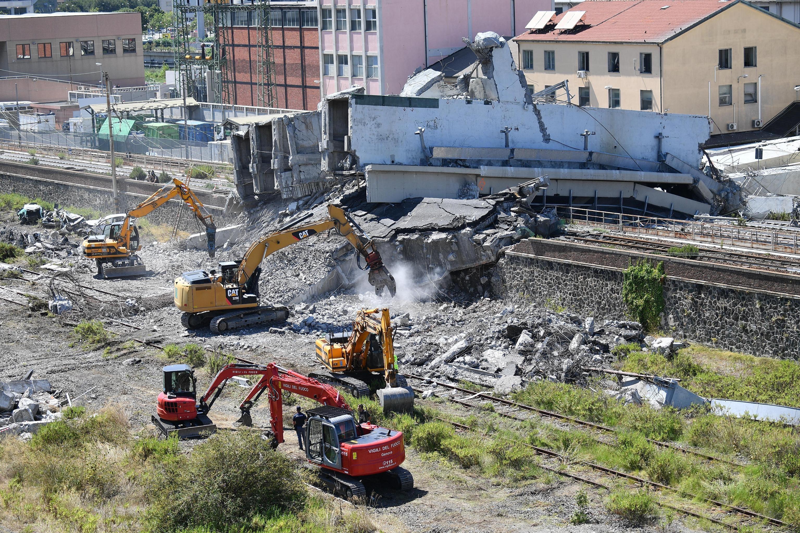 Genova, crolla ponte dell'autostrada: le foto dei soccorsi