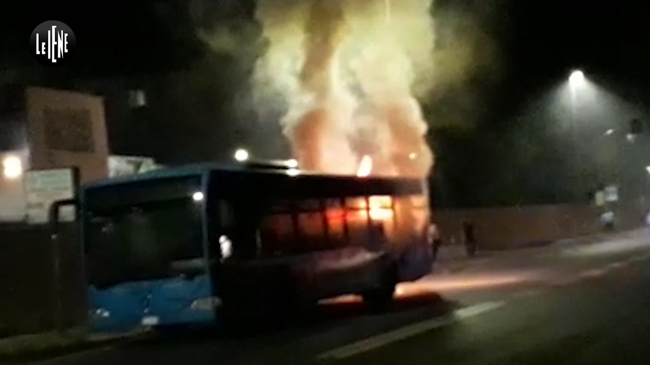 Atac, prende fuoco il 21esimo autobus da inizio anno | VIDEO