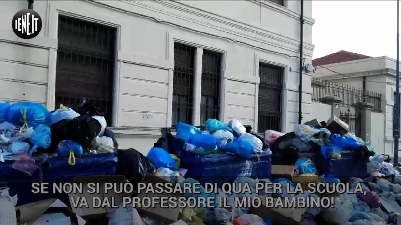 """Messina, studenti a scuola di """"slalom"""" tra rifiuti e cinghiali  VIDEO"""