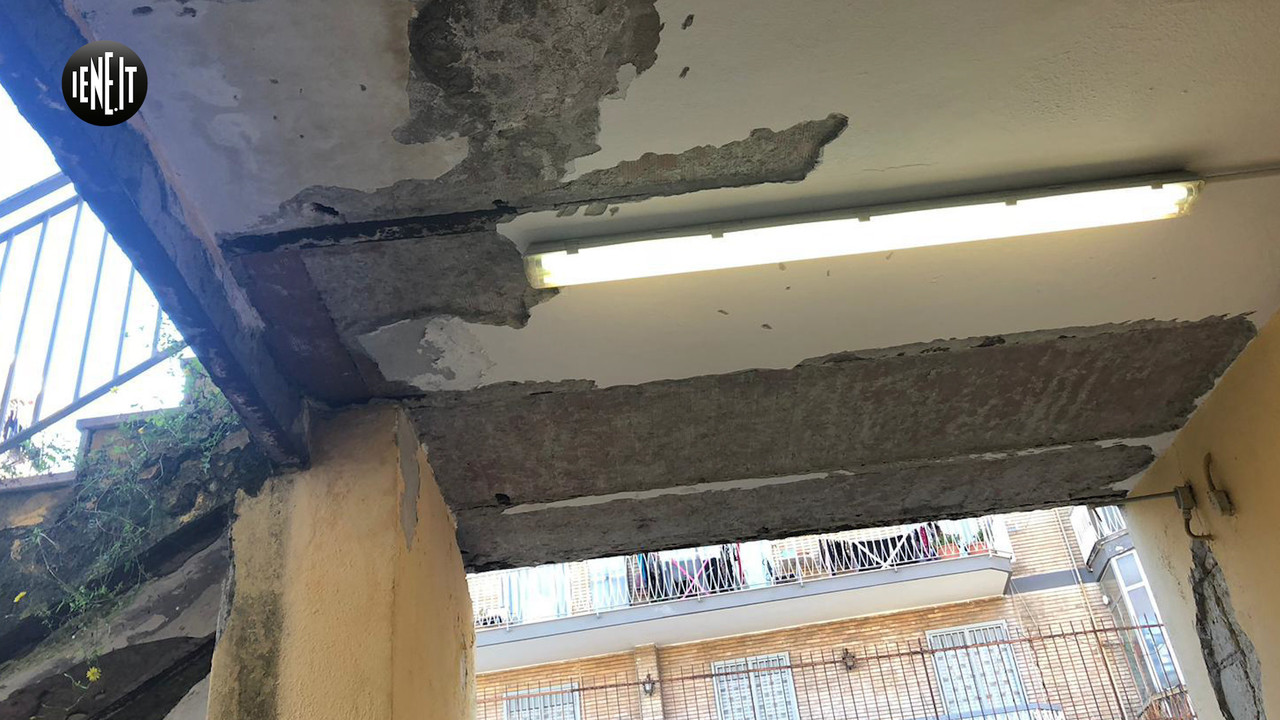 Scuole sicure? Al Siani di Napoli fra infiltrazioni e soffitti pericolanti: le foto