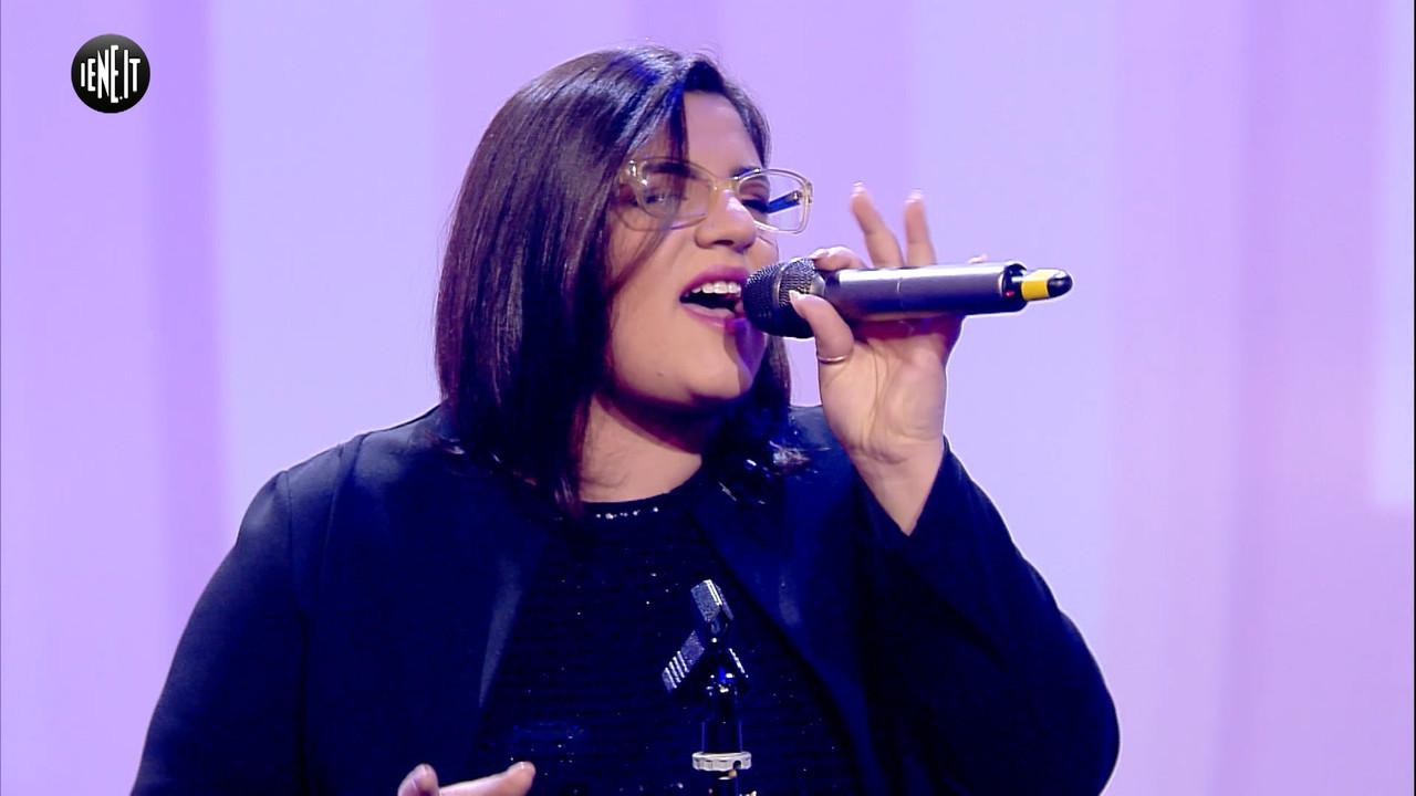 La neomelodica Stephanie canta per Iene.it | VIDEO