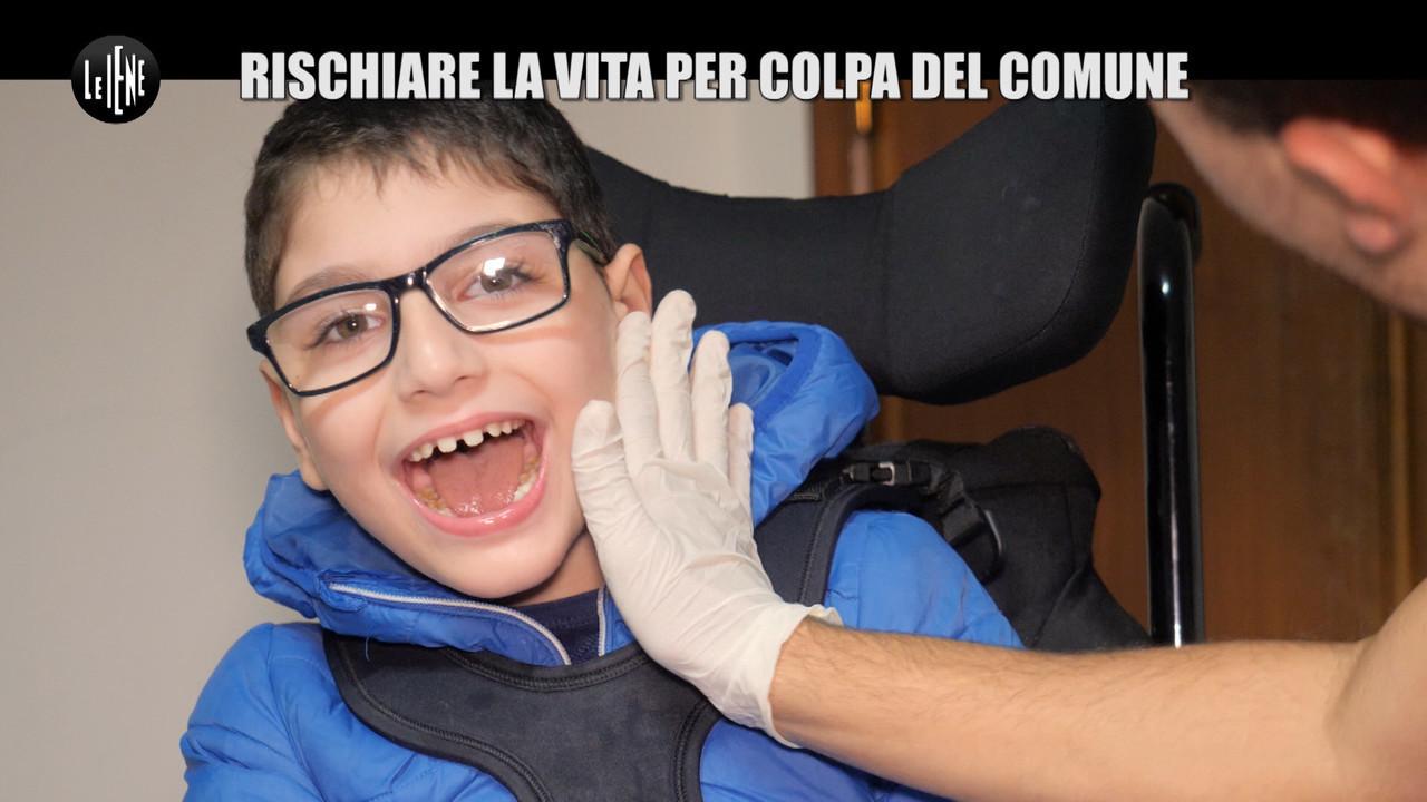 CASTELLANO: Bambino disabile senza mezzo di trasporto e fisioterapia: rischia la morte