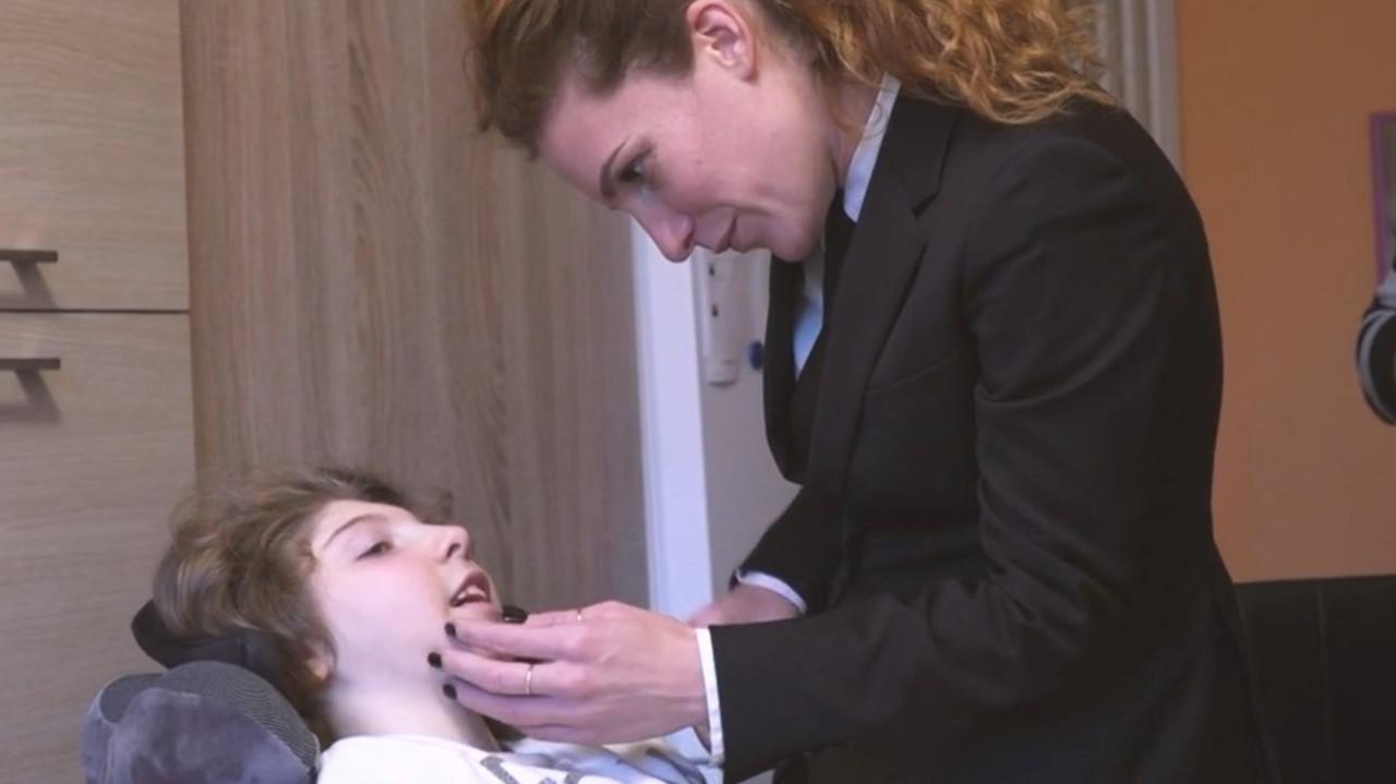 Bimba invalida al 100% per errori dei medici: sbloccato il risarcimento | VIDEO