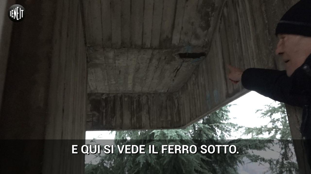 """""""Noi alle case popolari senza un tetto e con l'amianto in cortile"""": tutte le foto"""