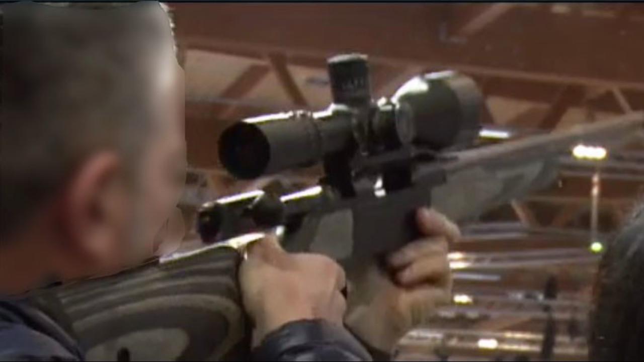 Bambini con fucili in pugno: perché non si vieta ai minori la Fiera delle Armi?