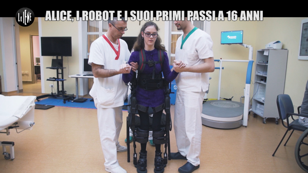Robot: Alice, che cammina per la prima volta, e il cucciolo di umanoide