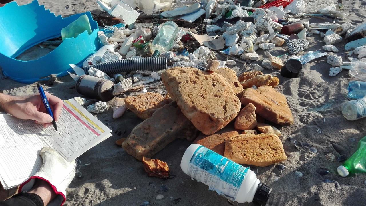 Emergenza plastica: 5 rifiuti ogni passo sulle nostre spiagge | VIDEO