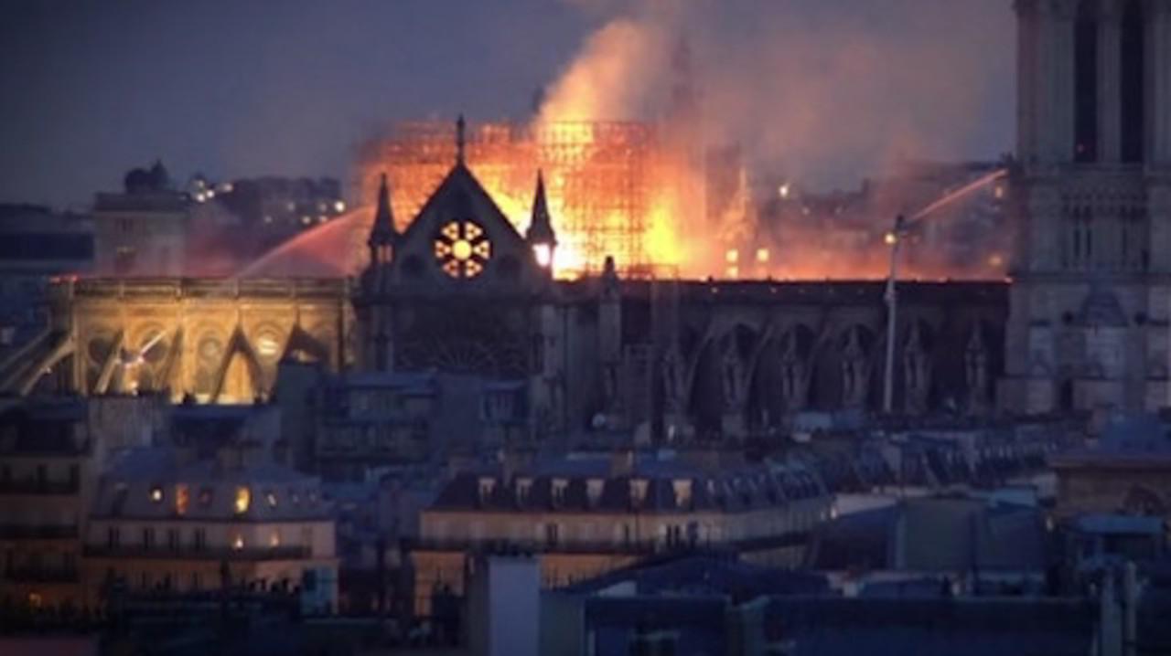 Notre Dame, riapre la cattedrale: l'incendio e le teorie di complottisti e terrapiattisti