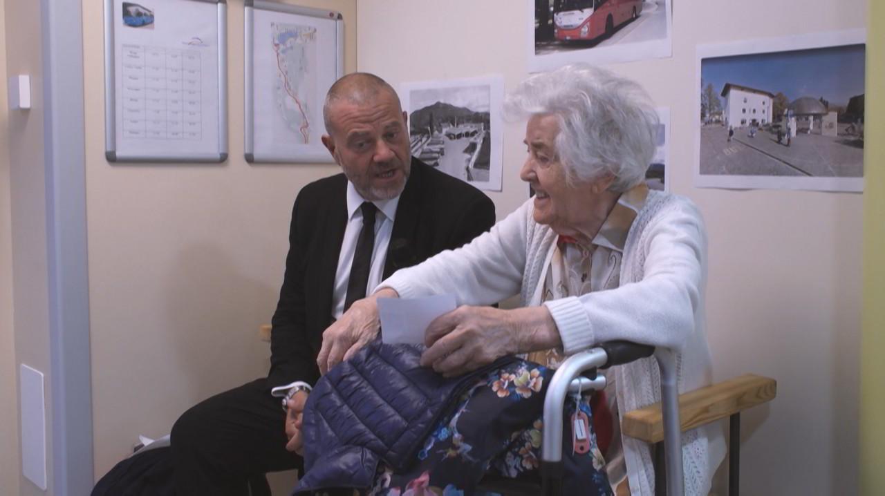 Alzheimer: una piazza per sentirsi al sicuro, oltre la malattia che cancella i ricordi | VIDEO