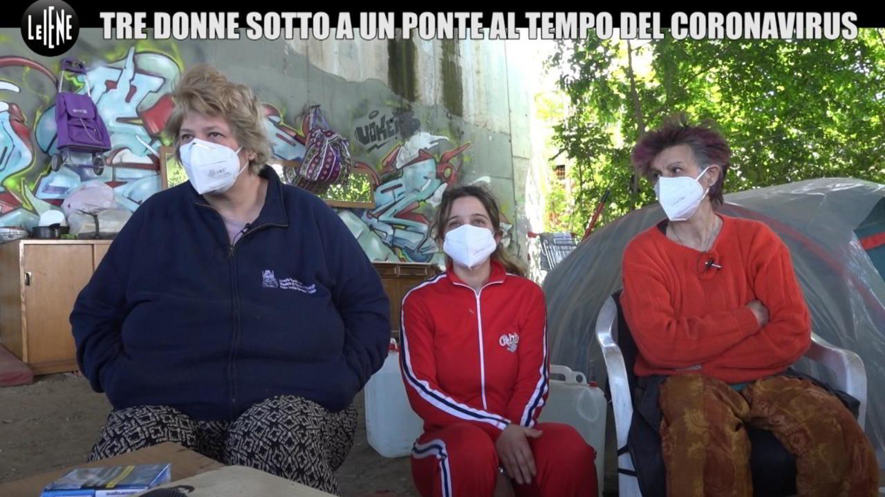 Un aiuto per tre donne e 9 cagnolini che vivono sotto un ponte a Milano | VIDEO
