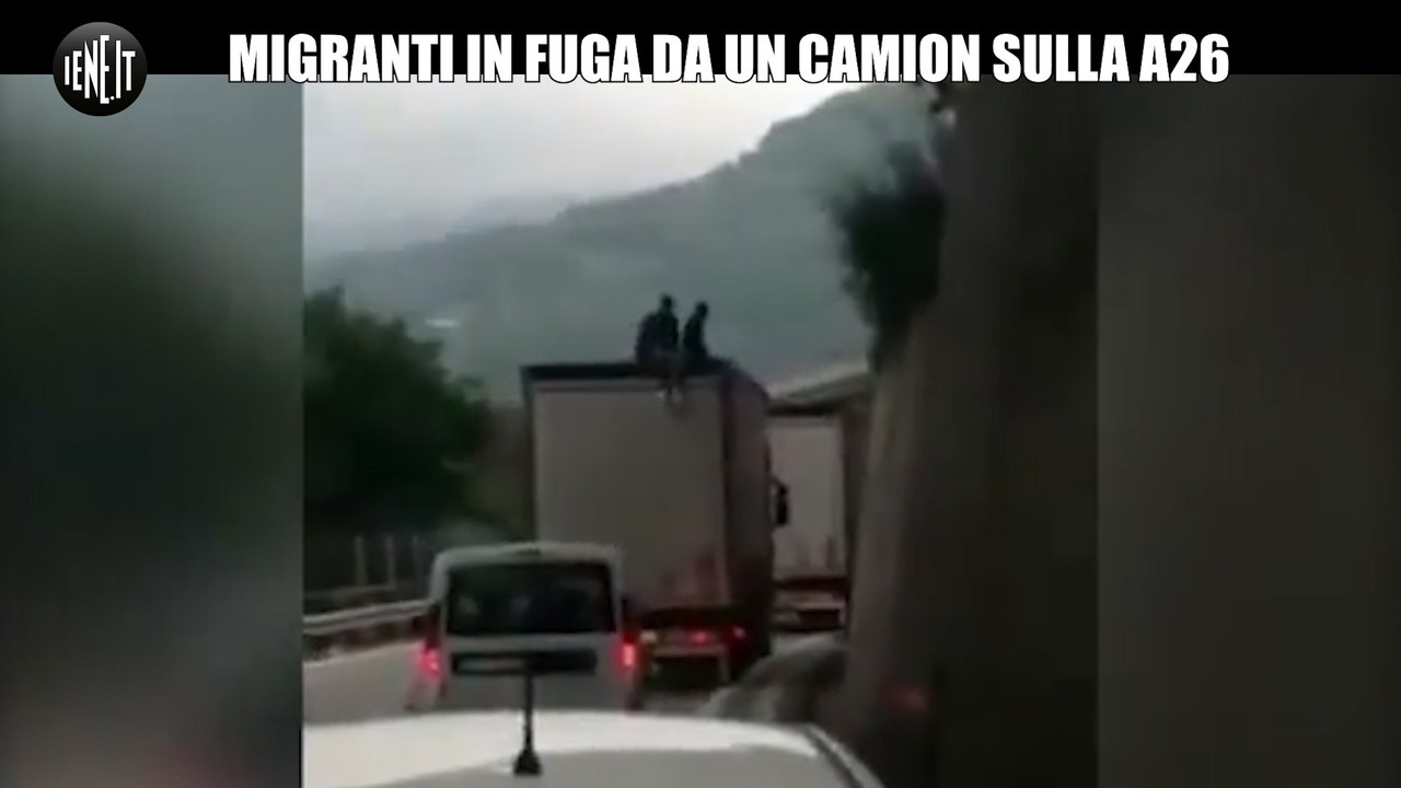 Migranti si lanciano da un camion in coda in Liguria | VIDEO