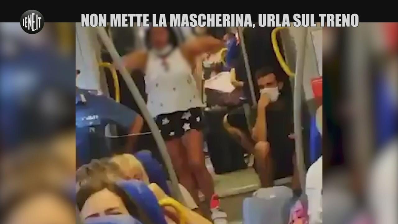 Non porta la mascherina in treno: viaggiatrice urla contro i carabinieri | VIDEO