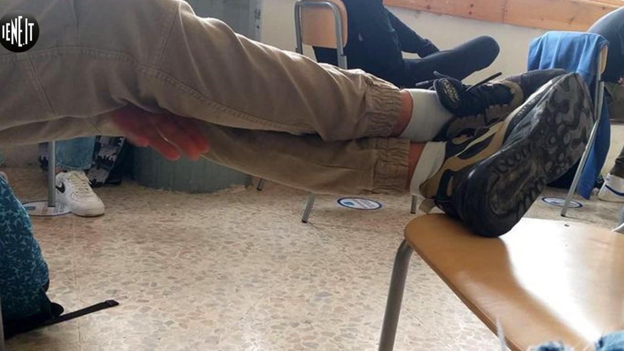 L'Aquila, classi senza banchi e alunni con i libri sulle ginocchia