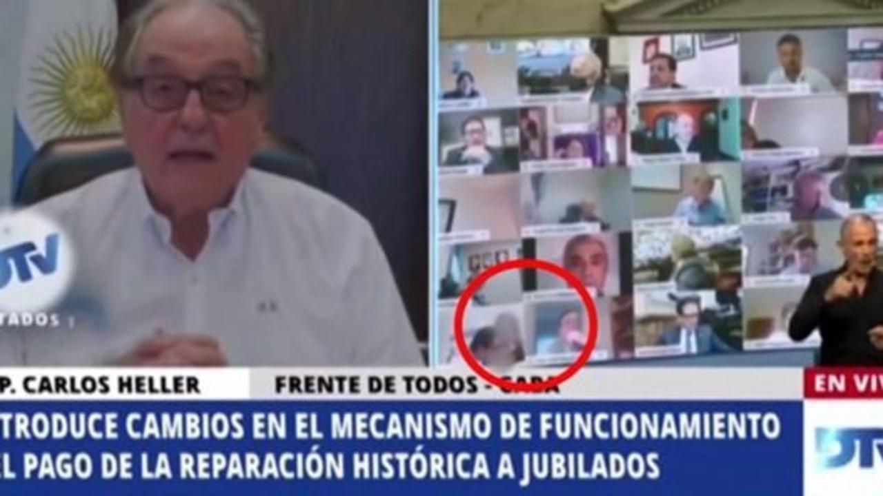 Argentina, deputato bacia il seno della fidanzata alla Camera