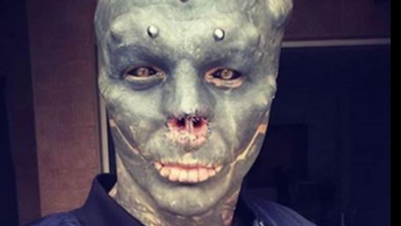 Via chirurgicamente naso e orecchie per somigliare a alieno