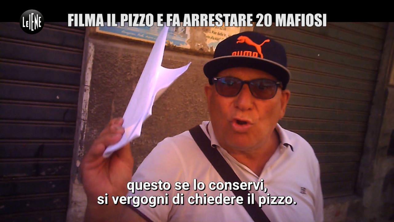 """""""Non vi do il pizzo"""": e mostra le foto di Falcone e Borsellino"""