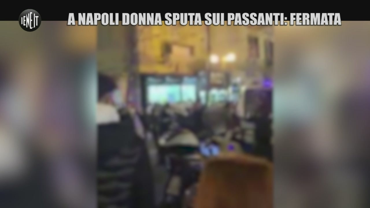 Napoli donna sputa passanti fermata