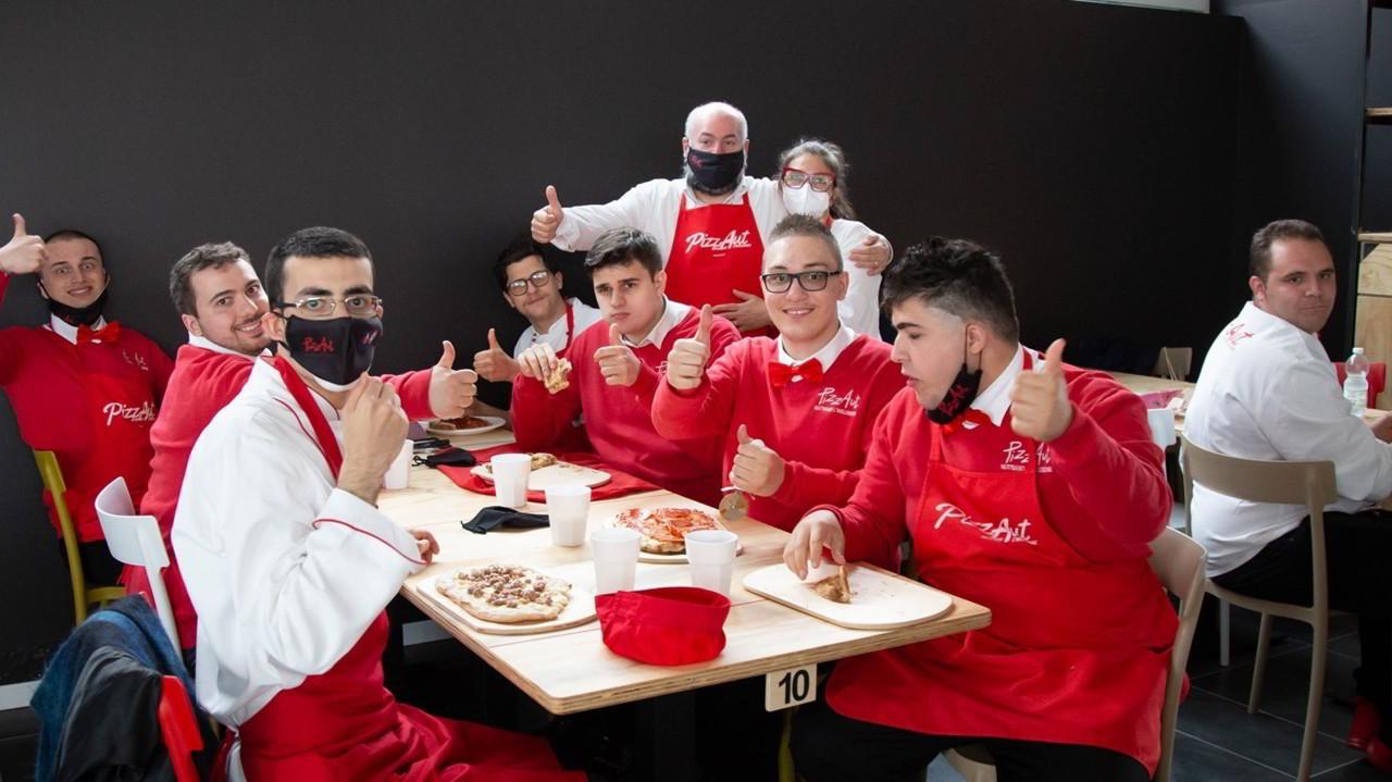 """L'hater contro i ragazzi di PizzAut: """"Gli autistici non dovrebbero cucinare""""   VIDEO"""