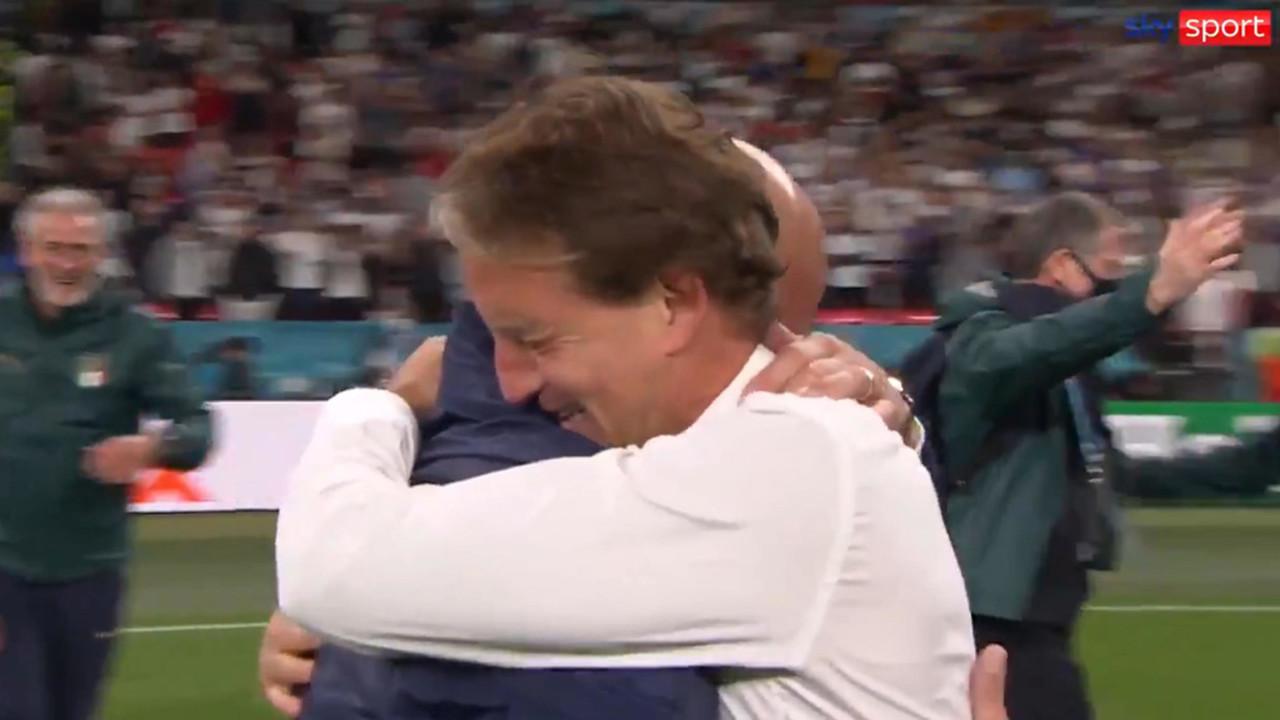 L'abbraccio tra Roberto Mancini e Gianluca Vialli   VIDEO