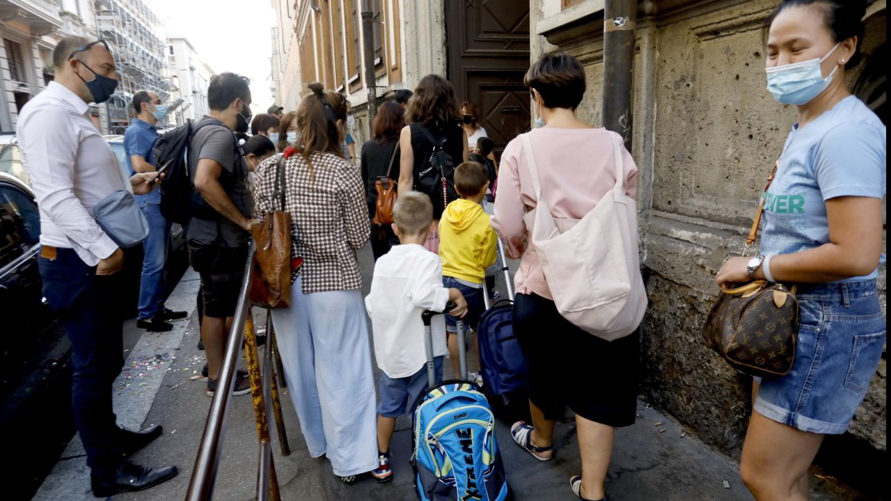 Green pass, si torna a scuola. Londra: no al Green Pass | VIDEO