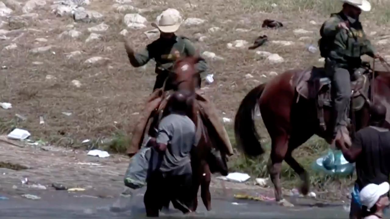 Usa, migranti haitiani frustati al confine con il Messico | VIDEO